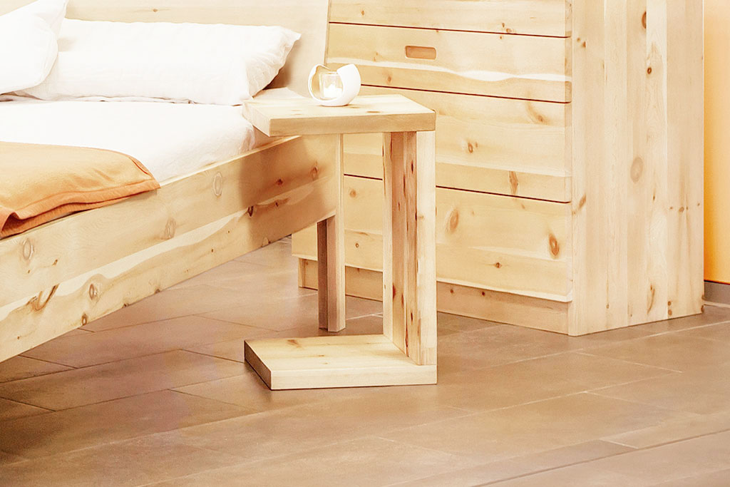 hocker frigg massivholz nachttische zirbenholzbetten aus eigener fertigung. Black Bedroom Furniture Sets. Home Design Ideas